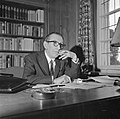 Walter Mehring rokend achter een bureau, Bestanddeelnr 254-5074.jpg
