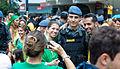 Webysther 201503151810320057 - Manifestantes tirando foto com policiais da tropa de choque.jpg