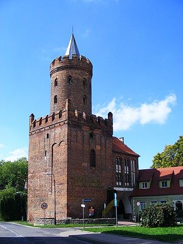 Plik:Wolin Gate and Piast Tower in Kamień Pomorski bk5.JPG