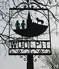 Papan tanda desa yang menggambarkan dua anak-anak berkulit hijau, dipancangkan tahun 1977