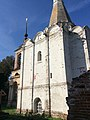 Белая церковь Петра Митрополита с колокольней 01.jpg