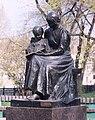 Памятник первой учительнице крупно.jpg