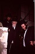 בבני ברק הרב יוסף שלום אלישיב ביציאה מבית יורשו הרב אהרון יהודה לייב שטיינמן.JPG