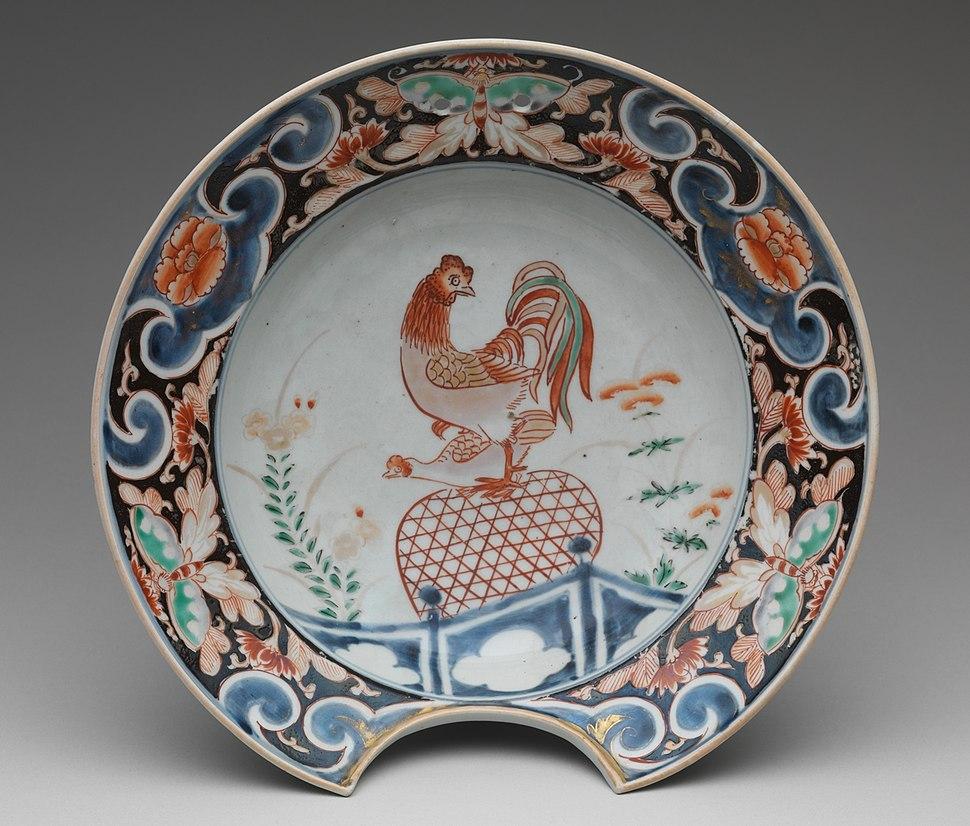 鶏文髭皿 肥前焼・古伊万里様式-Barber's Bowl with Cockerel MET DP281043 (cropped)