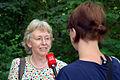 000j05i Pressekonferenz WasserKunst Zwischen Deich und Teich, Leandra Hanke vom Radio Leinehertz 106.5 interviewt im Park vom Edelhof Ricklingen Gabriele Ciecior vom Kulturbüro der Landeshauptstadt Hannover.jpg