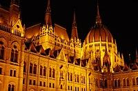 03 2019 photo Paolo Villa - F0197915 - Budapest - Parlamento - notte - luci - cupola - Neomedievalismo Neogotico.jpg