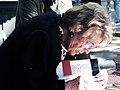106 L'àvia Remei signant a la Rambla de Barcelona, Sant Jordi 2016.jpg
