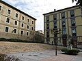 118 Plaza Periodista Arturo Arias (Cimavilla, Gijón), al fons l'antiga Fàbrica de Tabacs.jpg