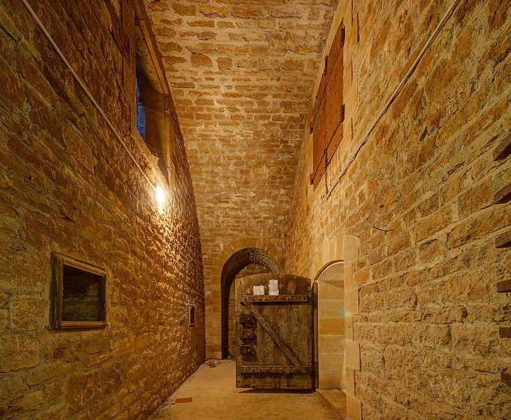 This file was uploaded  with Commonist.         This photograph was taken with a Nikon D300.    Fort du Cognelot: vestibule d'un des 2 magasins à poudres (HDR).