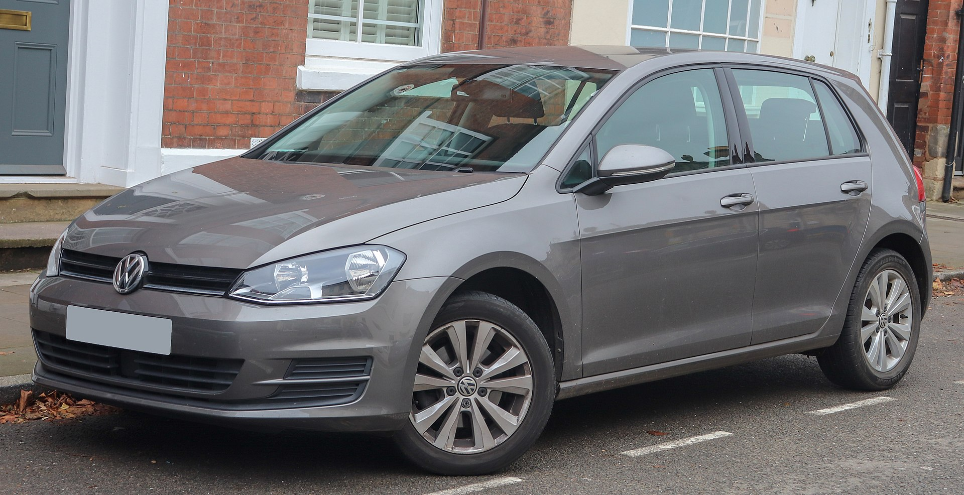 1920px-2013_Volkswagen_Golf_SE_BlueMotio