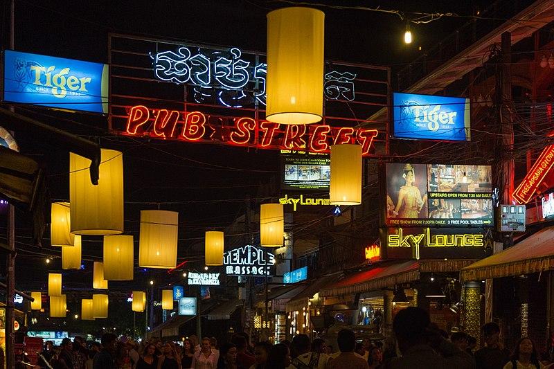 File:2016 Siem Reab, Pub Street nocą.jpg