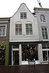 foto van Huis met tot klokgevel verbouwde trapgevel, ankers, in cartouche datering