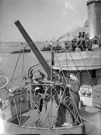 ORP Błyskawica - Crew cleaning a 76 mm anti-aircraft gun on ORP Błyskawica, 12 September 1940