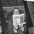 Albert Mol leest een stukje voor uit zijn boek, Bestanddeelnr 921-7140.jpg