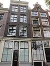 foto van Huis waarvan de gevel onder rechte lijst het karakter van het derde kwart van de 19e eeuw toont, doch sinds de restauratie een empire ruitverdeling in de vensters bezit