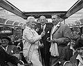 Annie de Reuver, Maup Caransa en Max van Praag tijdens een rondvaart door de gra, Bestanddeelnr 909-6299.jpg