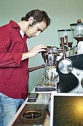 Un barista al lavoro in una coffeehouse di Portland