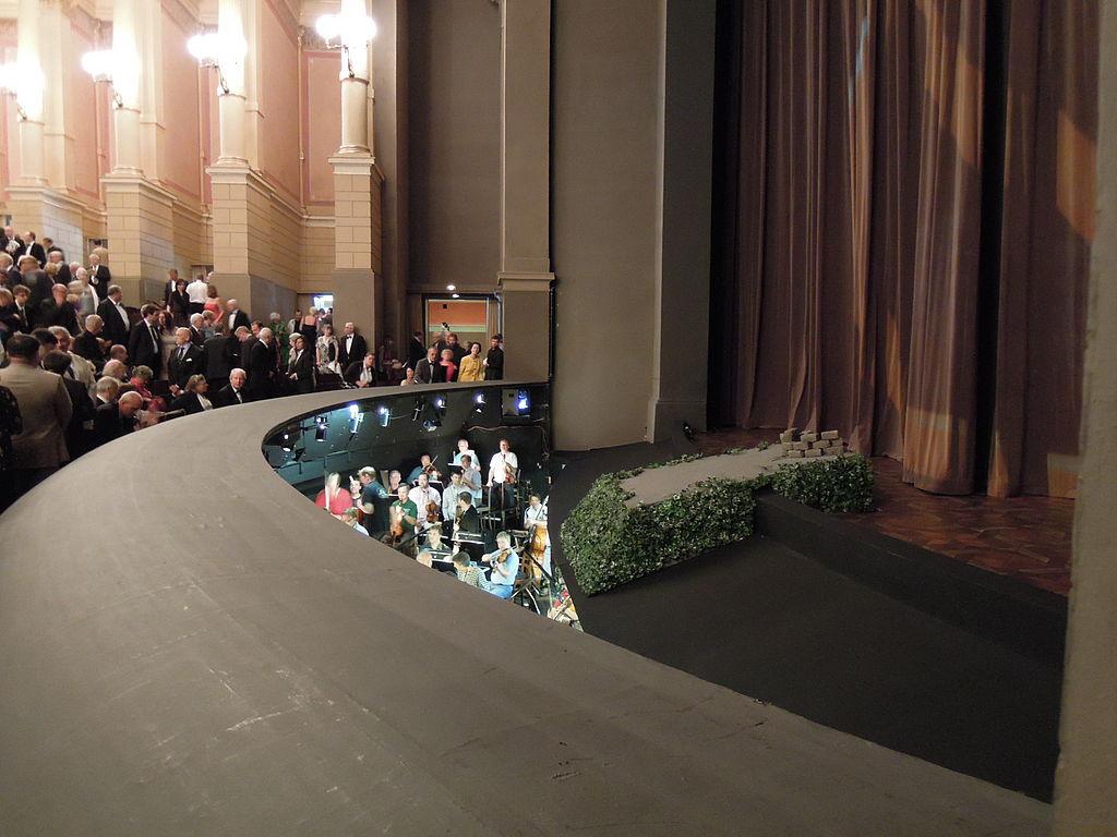 Vue partielle de la fosse d'orchestre du Festspielhaus (source : Wikipedia)
