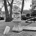 Beeldengroep van twee kinderfiguurtjes bij hoek voorgevel - Ridderkerk - 20037330 - RCE.jpg