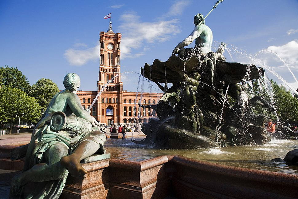 Berlin- The Rotes Rathaus with the Neptunbrunnen in front - 2761