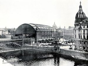Berlin Friedrichstraße station - The first Friedrichstrasse station in 1900; view from the west across the river Spree