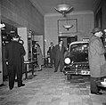 Bezoekers bij de garderobe van restaurant Wivex waar een Opel Kapitän '54 staat , Bestanddeelnr 252-9137.jpg
