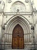 Portada de la fachada neogótica, lado oeste