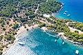Blick von oben auf den Strand Zogeria auf Spetses, Griechenland (48760134421).jpg
