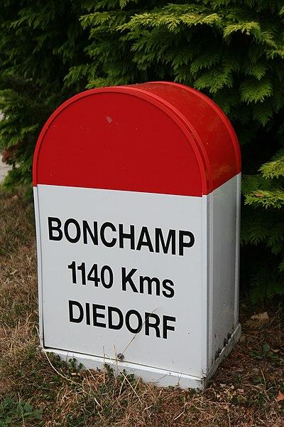 Borne devant la mairie de Bonchamp-lès-Laval indiquant la distance avec la ville jumelle de Diedorf.