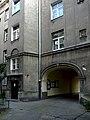 Brama na podwórze w kamienicy przy ul. Wawelskiej 60 w Warszawie.jpg