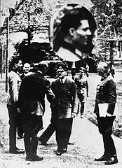 Stauffenberg (ganz links) am 15. Juli 1944 mit Adolf Hitler und Wilhelm Keitel in der Wolfsschanze