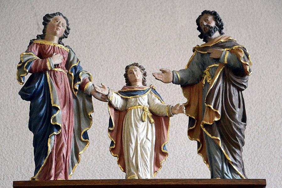 Helleg-Famill Skulptur an der Kierch zu Bus.