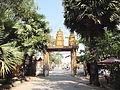 Cổng chính chùa Khléang.jpg