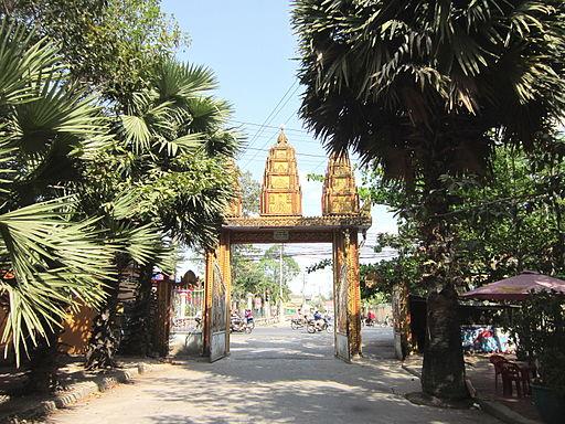 Cổng chính chùa Khléang