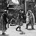 COLLECTIE TROPENMUSEUM Scene uit een Barong- en Krisdans in het voorhof van de dorpstempel TMnr 20000292.jpg