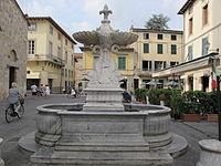 Camaiore, fontana nella piazza principale 02.JPG