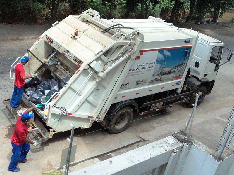 Ficheiro:Caminhão da coleta de lixo de Coronel Fabriciano MG.JPG