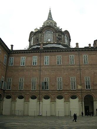 Chapel of the Holy Shroud - Image: Cappella della sindone vista dal cortile di palazzo reale 02