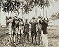 Collectie Nationaal Museum van Wereldculturen TM-60061933 Toeristen drinken kokosmelk in een kokosplantage bij San Juan Puerto Rico fotograaf niet bekend.jpg