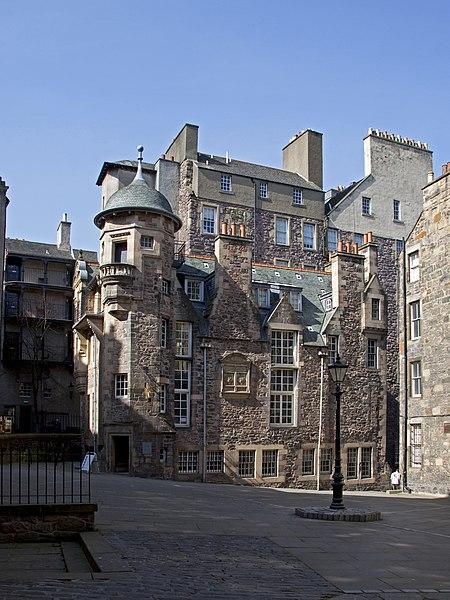File:Courtyard Royal Mile Edinburgh (4537851291).jpg