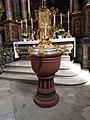 Dittigheim Kulturdenkmal 43 Taufstein mit vergoldetem Deckel in der St.-Vitus-Kirche - 2.jpg
