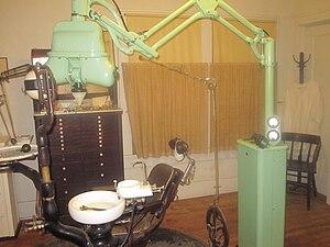Pioneer West Museum - Image: Early dental chair, Shamrock, TX IMG 6151