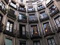 Edifici arrodonit a la plaça Milans.jpg