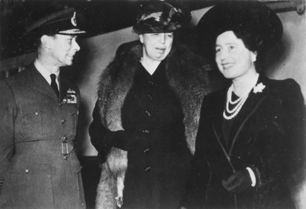 Eleanor Roosevelt (centre), King George VI and Queen Elizabeth in London, 23 October 1942 Eleanor Roosevelt, King George VI, Queen Elizabeth in London, England - NARA - 195320.png