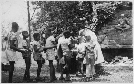Giving kids free food and water in Hyde Park Eleanor Roosevelt and Wiltwyck boys at Val,Kill in Hyde Park, New York - NARA - 195450.tif