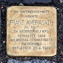 """Stolperstein mit der inschrift """"III. Hafeneinschnitt wohnte Franz Ambrasath Jg. 1907 im Widerstand/KPD verhaftet 1938 als asozial stigmatisiert Buchenwald entlassen 20.4.1939"""""""