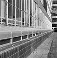 Exterieur tabaksfabriek, half boven de grondse directie- of inspectiegang met stalen afdekking en zwarte betegelde plint - Rotterdam - 20002325 - RCE.jpg