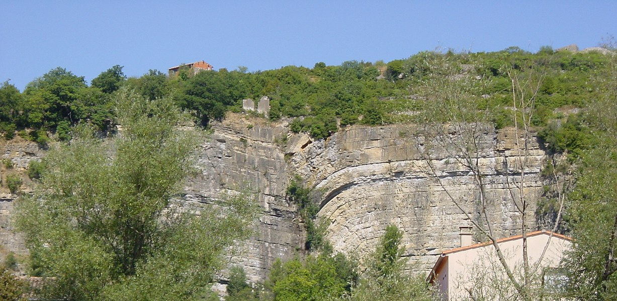 """The """"faille des Causses"""", a geological fault in the Grands Causses, as seen from Bédarieux (Hérault, France)."""