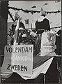 Feestelijkheden in Volendam na de bevrijding. Volendamse vrouwen met door het Zw…, Bestanddeelnr 512 012.jpg