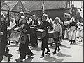 Feesten en kermis te Volendam, na de bevrijding. Kinderen trekken in optocht doo, Bestanddeelnr 512 036.jpg